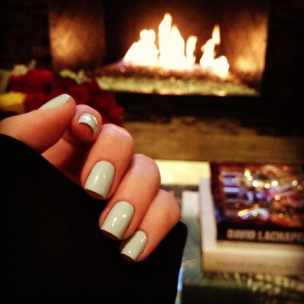 Khloe Kardashian, Twitter pic, minty green nails