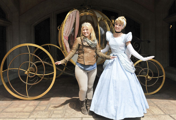 Kelly Clarkson meets Cinderella at Disneyland Paris, 17 June 2013