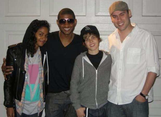 Justin Bieber posing with Scooter Braun and Usher in 2009
