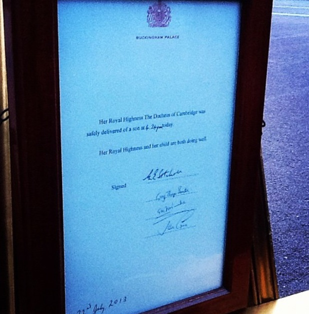 The birth notice outside Buckingham Palace