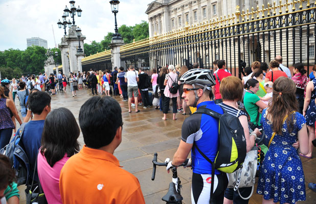Buckingham Palace: queues for birth notice, 23 July 2013