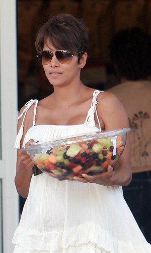 Newlywed Halle Berry picks up a prepackaged fruit salad from her local supermarket - 27 July 2013