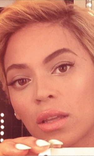 Beyoncé debuts dramatic new short hair - 7 August 2013