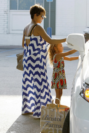 Halle Berry does some grocery with her daughter Nahla at Bristol Farms - 29 August 2013