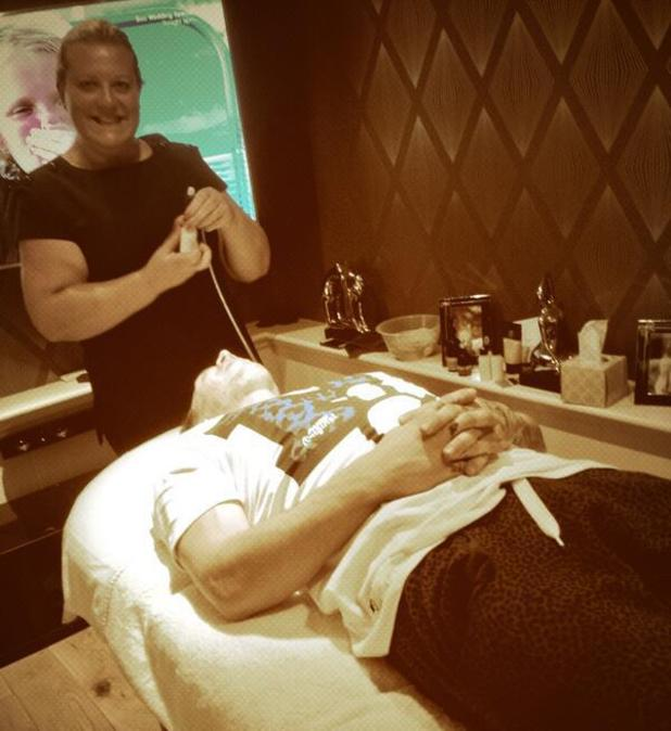 Kirk Norcross ges a facial - 17 September 2013