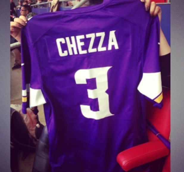 Cheryl Cole shows off Minnesota Vikings jersey at NFL game in London - 29.9.2013