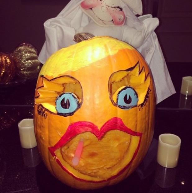 """Paris Hilton makes a """"pretty pumpkin"""" for Halloween - 24.10.2013"""