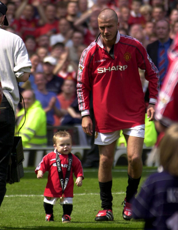 DAVID BECKHAM CELEBRATES THE TITLE WIN WITH HIS SON BROOKLYN AFTER THE MANCHESTER UNITED v SPURS GAME. 2000