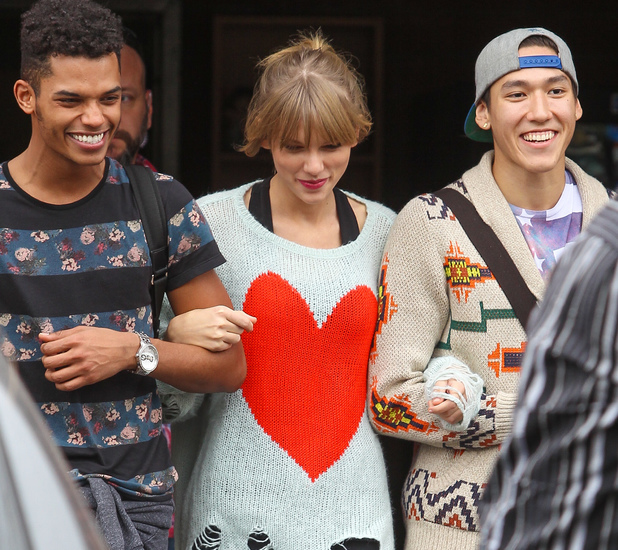 Taylor Swift arrives at a dance studio with friends, 22 November 2013