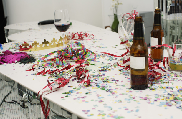 VARIOUS Table with drinks and confetti on it 2000s