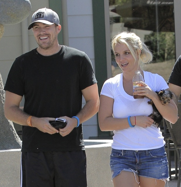 Britney Spears enjoys a stroll with boyfriend David Lucado and a little dog in her arms 09/05/2013. Calabasas, United States.