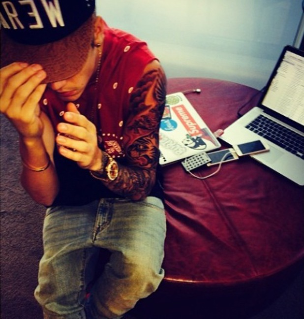 Justin Bieber gets a brand new eagle tattoo while on tour in Australia - 30.11.2013