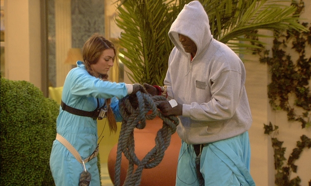 Luisa Zissman and Evander Holyfield attempt to free themselves in Celebrity Big Brother - 6 january 2014