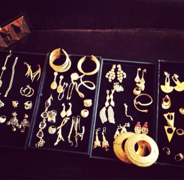 Kelly Osbourne Golden Globes preparation, earring, gold, diamonds, 12 January 2014