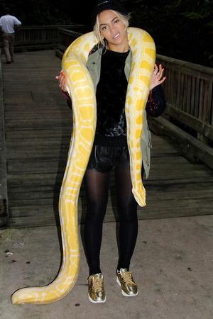 ADORACIÓN A LA SERPIENTE - Página 9 Beyonce-posing-with-snake