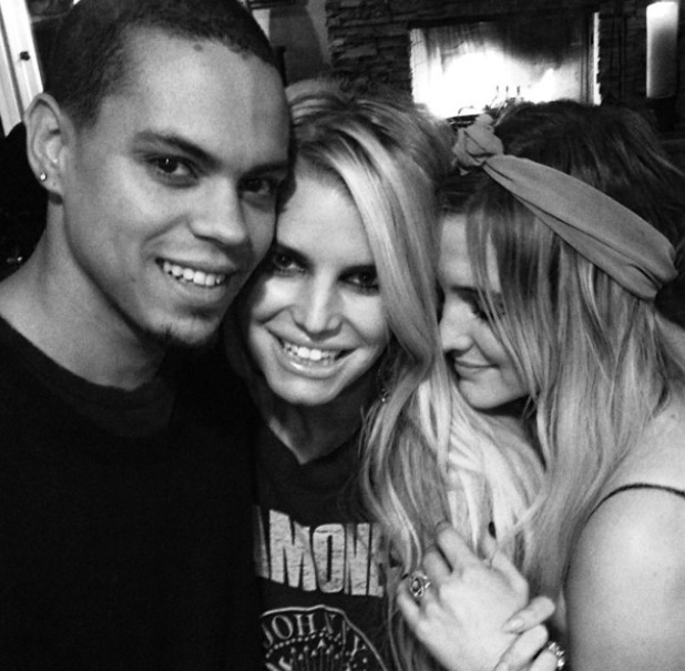 Jessica Simpson, sister Ashlee and her new fiancé Evan Ross in new Instagram photo - 15.1.2014