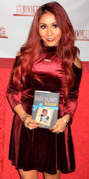 """Jersey Shore reality star Nicole """"Snooki"""" Polizzi does a book signing for her new book """"Baby Bumps"""" at Bookends Book Store in Ridgewood, New Jersey, 14 January 2014"""