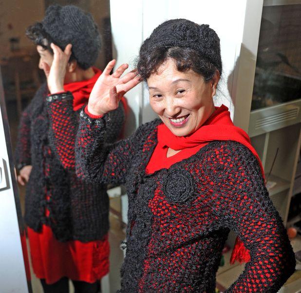 Xiang Renxian, weaves hat and coat out of hair