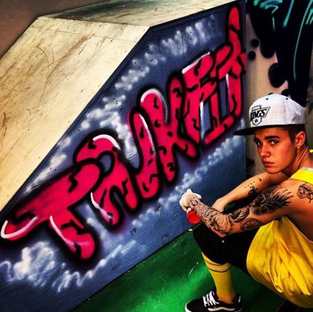 Justin Bieber spray paints Trukfit on skate ramp - 26.1.2014
