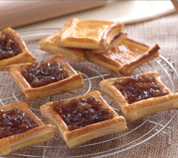 Puff pastry tarts with Tropea onion jam