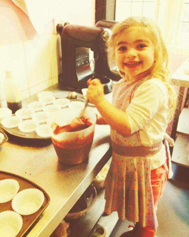 Luisa Zissman's daughter Dixie helps her with baking at cupcake shop - 23.2.2014