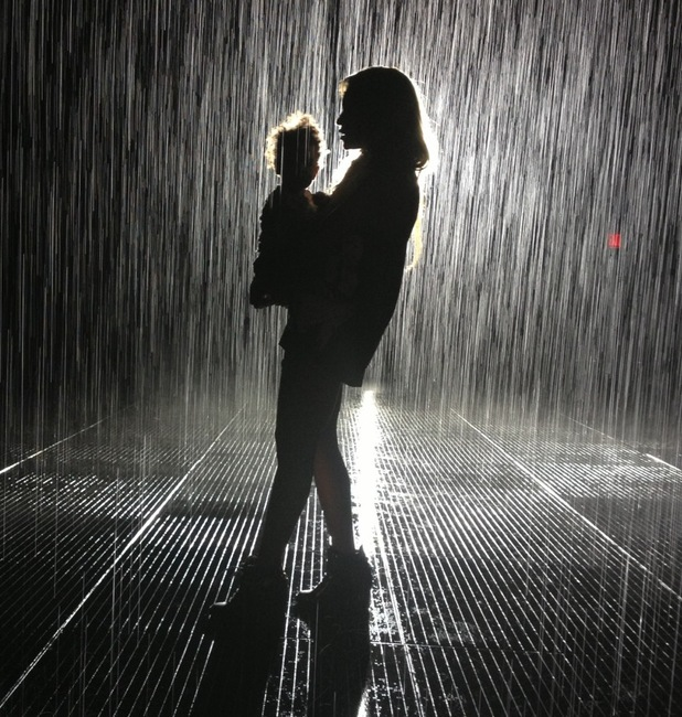 Beyonce holds daughter Blue Ivy in the rain. (31 March).