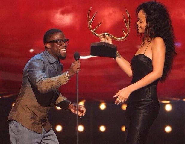 Rihanna accepts award from Kevin Hart at Guys Choice Awards - 7 June
