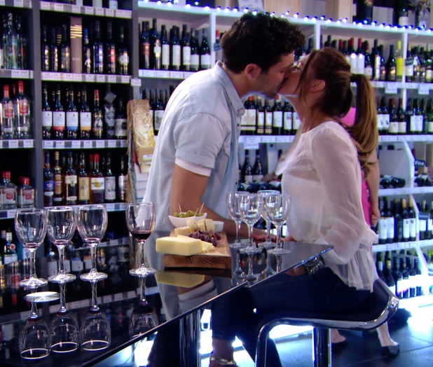 TOWIE PREVIEW Tom Pearce and Grace Andrews kiss on wine tasting date, ITV2, 2 July