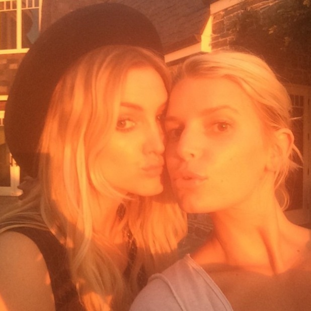 Jessica and Ashlee Simpson pose for a picture together as the sun sets - 4 august 2014