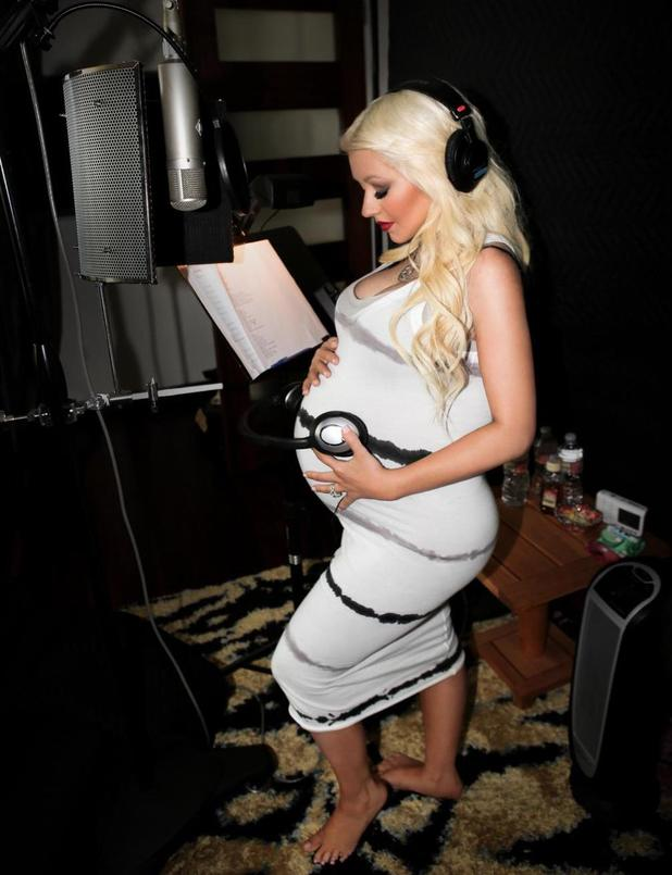 Pregnant Christina Aguilera Looks Gorgeous Plays Music To