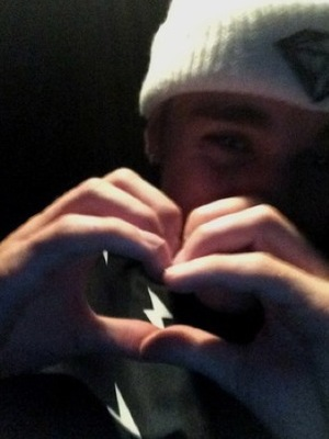 Justin Bieber makes heart shape with his hands following picture of himself and Selena Gomez, Shots 28 August