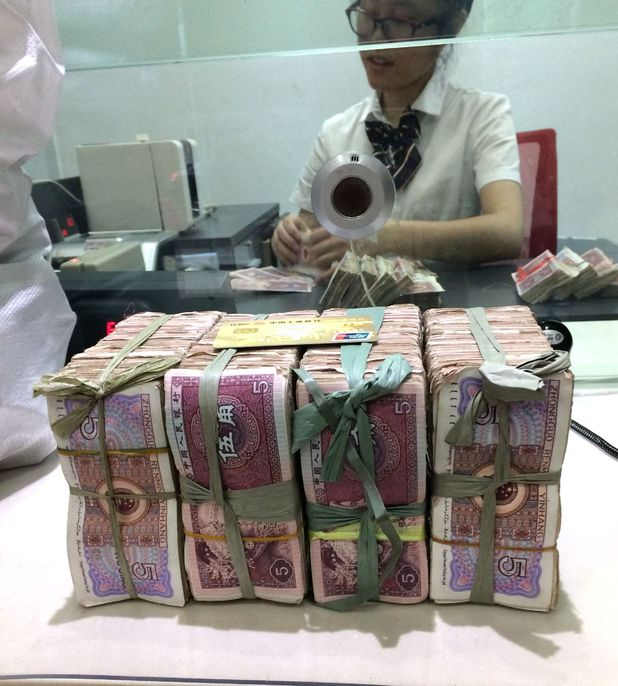Man pays for iPhones with four bags of small denomination notes in China