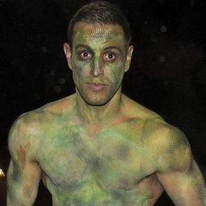 Elliott Wright posts snap of himself as the hulk for halloween. 30.10.2014