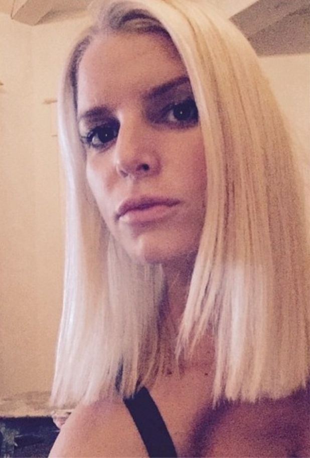 Jessica Simpson shows off her new shoulder-length hair in an Instagram picture - 26 October 2014