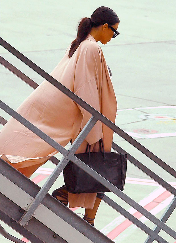 Kim Kardashian steps off the plane as she arrives in Melbourne, Victoria on a Qantas domestic flight from Sydney, 18 November 2014.