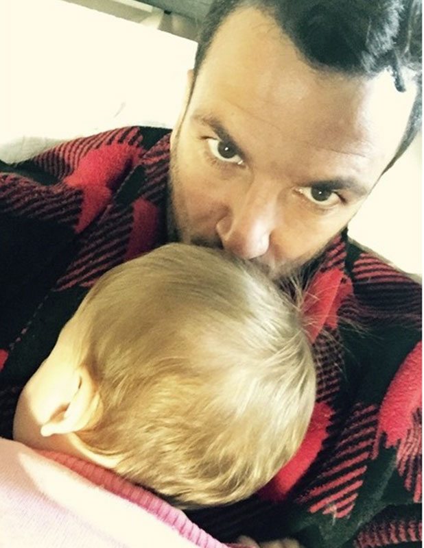 Peter Andre cuddles dozing daughter Amelia in new picture, Twitter, 24 November 2014
