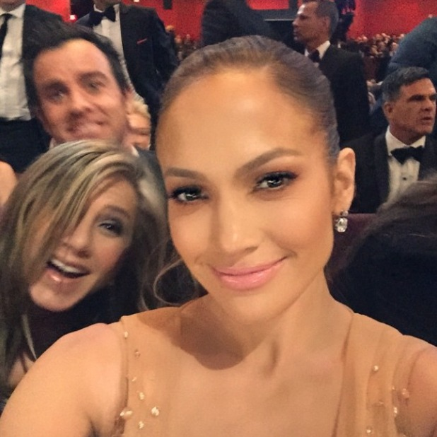 Jennifer Lopez get photo bombed by Jennifer Aniston and Justin Theroux at the Oscars 2015, 22 February 2015