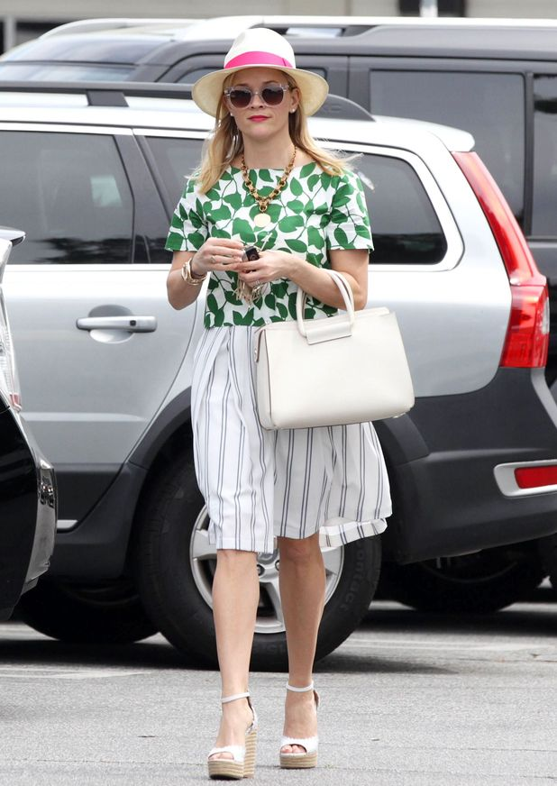 Reese Witherspoon steps out in cute spring look (17 March)