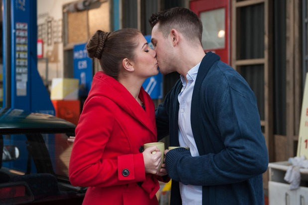 Hollyoaks, Darren and Maxine kiss, Thu 2 Apr