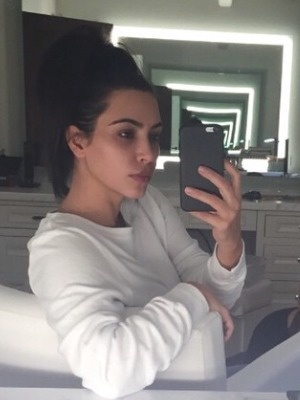 Kim Kardashian no make-up selfie while getting her nails done, 13 January 2015
