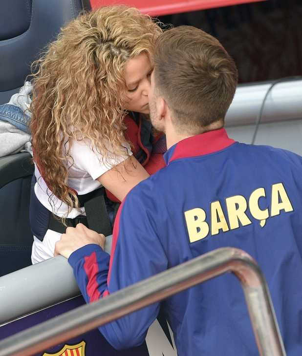 Barcelona's defender Gerard Pique kises his wife Shakira before the Spanish league football match FC Barcelona v Valencia CF at the Camp Nou stadium in Barcelona on April 18, 2015.