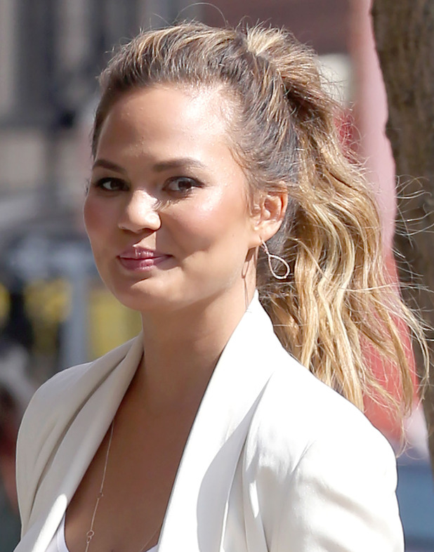 Chrissy Teigen out in New York (21 april)