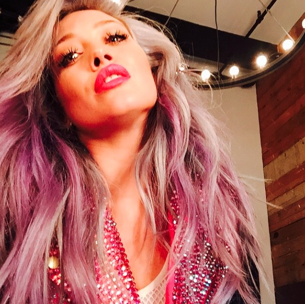 Hilary Duff dyes hair pink
