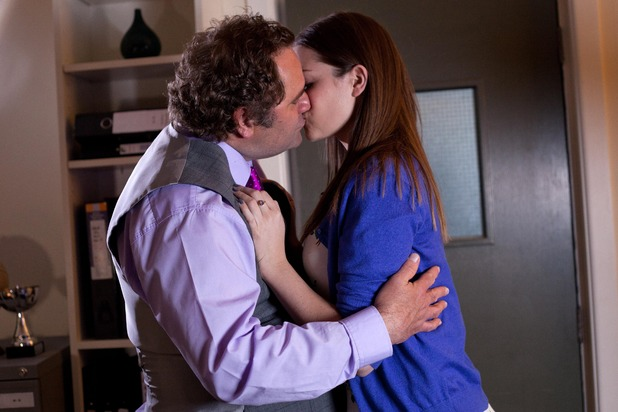 Hollyoaks, Sienna kisses Dr S'Avage, Fri 29 May