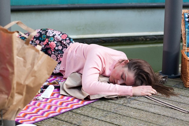 Hollyoaks, Sienna reacts to a bee sting, Wed 27 May