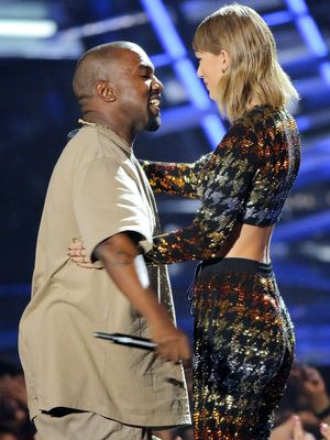 Taylor Swift and Kanye West kiss and make-up at the VMA's, 30 August 2015