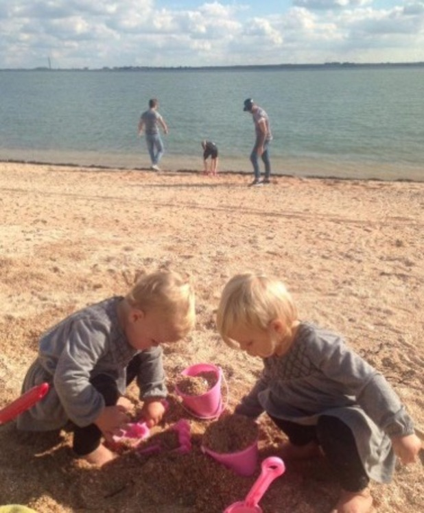Scott Robinson, sons Brennan and Kavan and twins at the beach - 24 September 2015