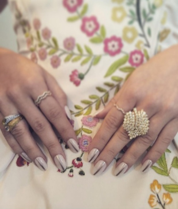 Sarah Hyland shows off silver and oyster Essie nails at 68th Annual Primetime Emmy Awards, 18 September 2016