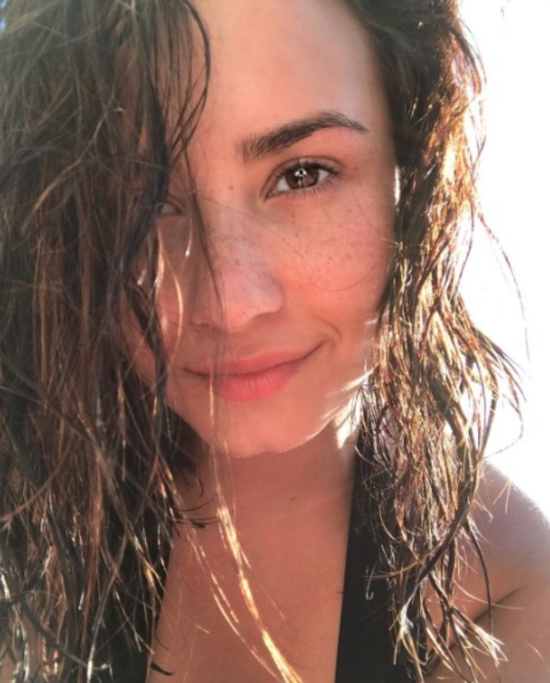 Demi Lovato stuns in no make-up and shows off her freckles, 3 October 2016