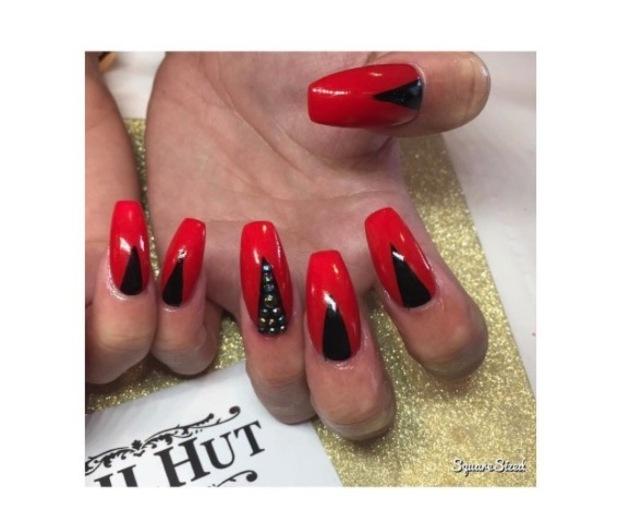 Love Island star Cara de la Hoyde shows off her Halloween nails, Instagram, 25 October 2016